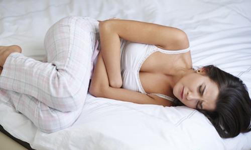 Почему болит живот при молочнице