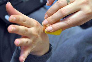 Нанесение хозяйственного мыла на кожу