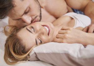 Застенчивый парень хитро уговорил подругу на анальный секс