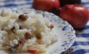 Каша рисовая с изюмом и яблоками в мультиварке