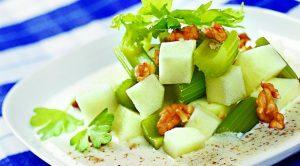 Яблочный салат с сельдереем и орехами